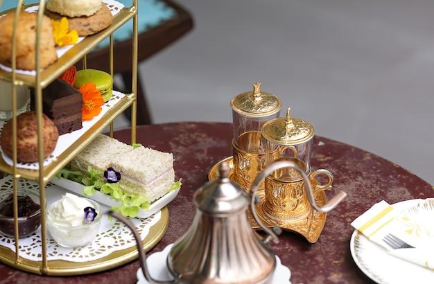 Schönes nachmittagstee-set mit desserts und snacks.