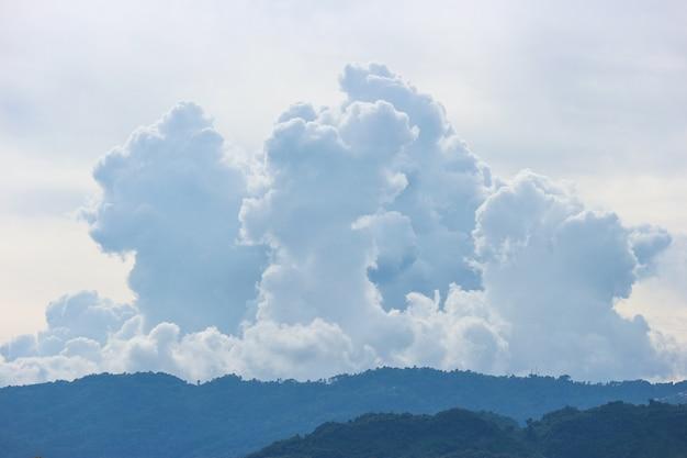 Schönes natürliches cloudscape über gebirgshintergrund.