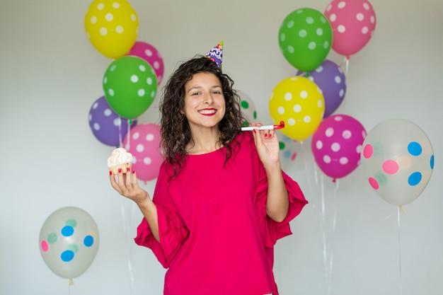 Schönes nettes freundliches mädchen mit farbigen ballonen