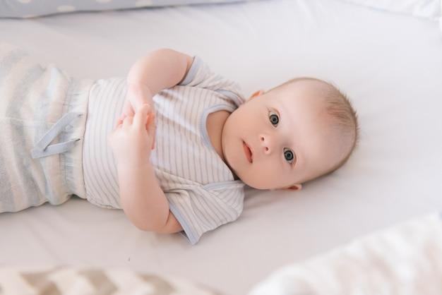 Schönes neugeborenes baby, das in der krippe liegt