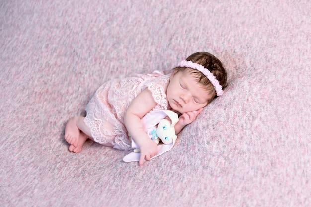 Schönes neugeborenes mädchen im kleid schlafend