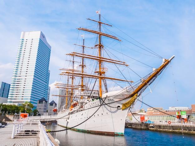Schönes nippon-maru ein segelboot mit blauem himmel in yokohama-stadt
