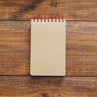 Schönes notizbuch auf einem weinlesehintergrund