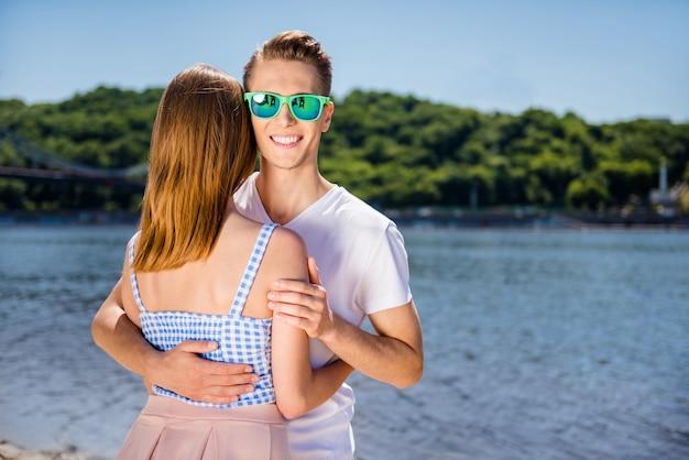 Schönes paar am strand zusammen