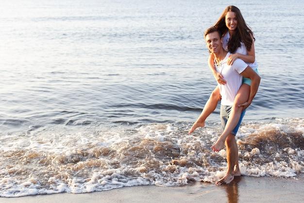 Schönes paar am strand