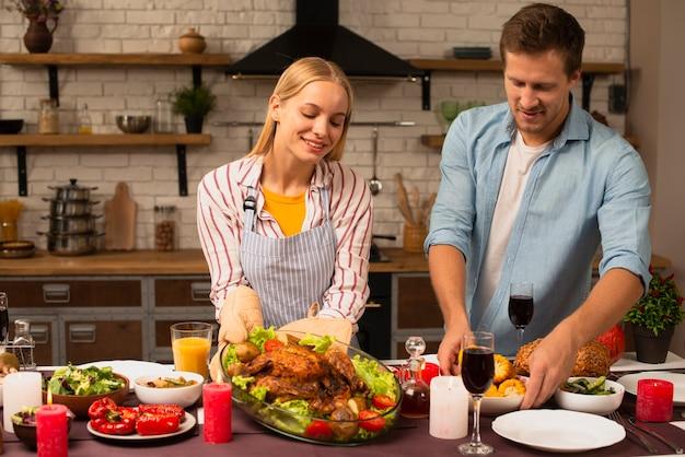 Schönes paar bereitet das abendessen in der küche