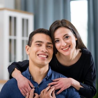 Schönes paar, das am valentinstag aufwirft