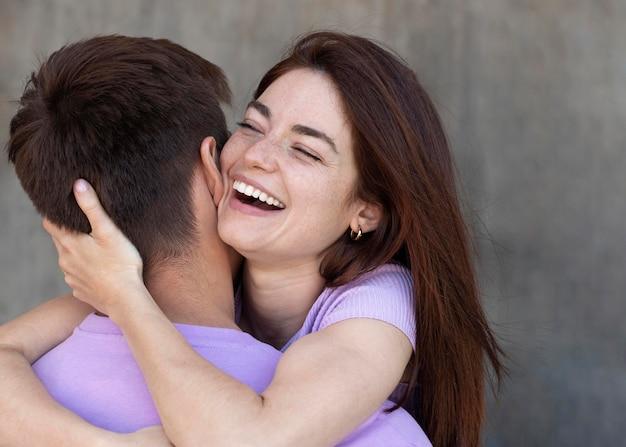 Schönes paar, das draußen liebevoll ist