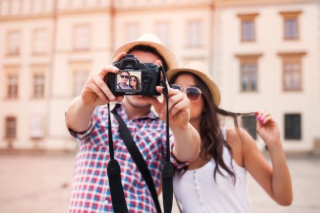 Schönes paar, das foto von sich macht