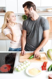 Schönes paar, das in ihrer küche kocht