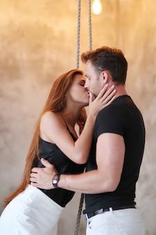 Schönes paar, das sich leidenschaftlich küsst