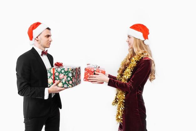 Schönes paar, das weihnachtsgeschenke gibt