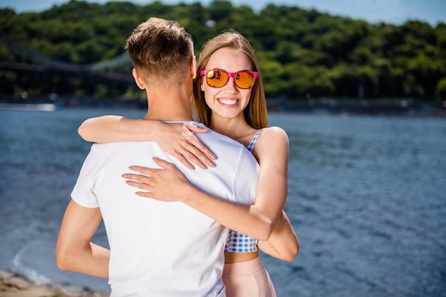 Schönes paar, das zusammen am strand aufwirft