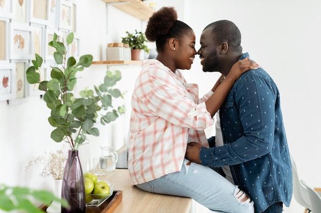 Schönes paar, das zusammen in der küche bleibt