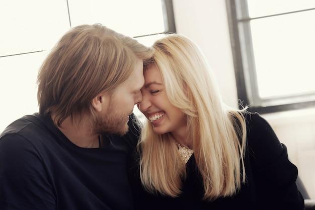 Schönes paar, das zusammen lacht