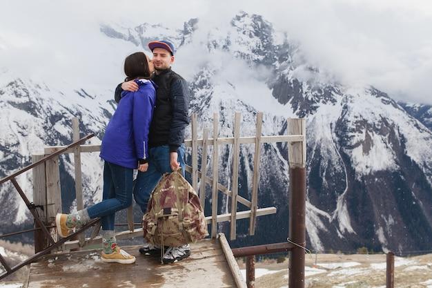 Schönes paar des jungen hipsters verliebt, das in den bergen geht
