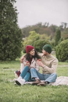 Schönes paar. ein glückliches paar, das ein romantisches picknick im freien hat