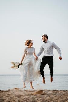 Schönes paar hat seine hochzeit am strand