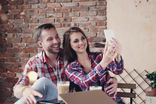 Schönes paar im cafe