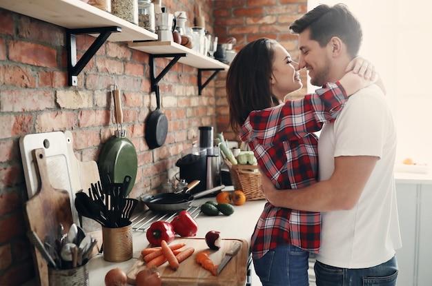 Schönes paar in der küche