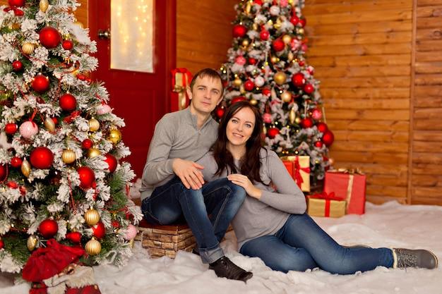 Schönes paar, junge familie in erwartung der frohen weihnachten.