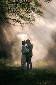 Schönes paar küsst auf dem hintergrund des rauches