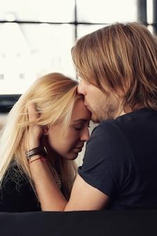 Schönes paar küsst