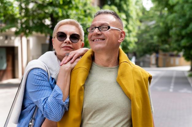 Schönes paar mittleren alters mit einem date im freien