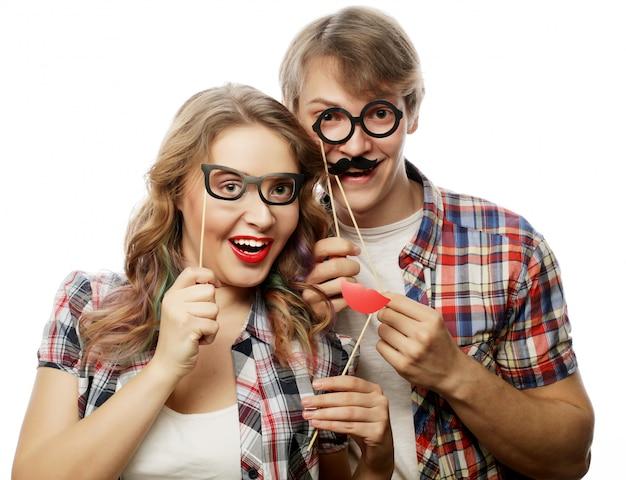 Schönes paar party brille halten