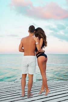 Schönes paar umarmt auf erstaunlichen tropischen strand
