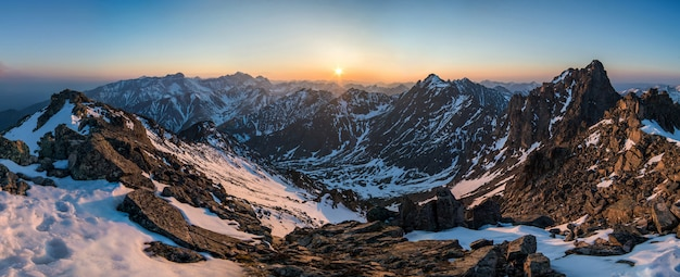 Schönes panorama der berge bei sonnenuntergang
