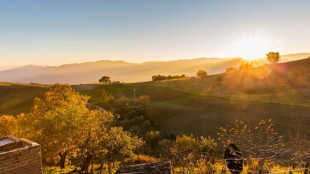 Schönes panorama der landschaft bei sonnenuntergang in süditalien
