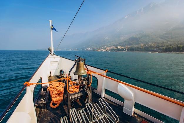 Schönes panorama des gardasees italien. blick auf den schönen gardasee von einem boot umgeben von bergen