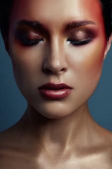 Schönes porträt der frau mit rotem hellem make-up