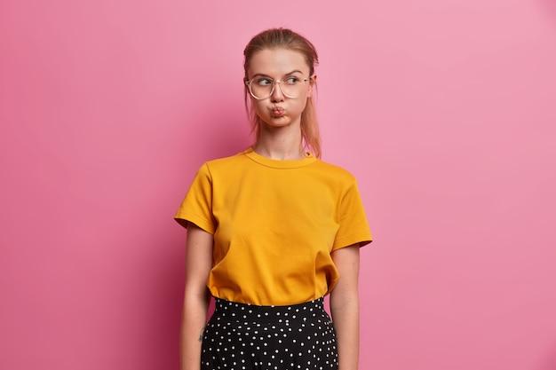 Schönes porträt der jungen frau mit brille isoliert