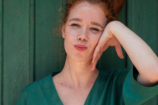 Schönes porträt der rothaarigefrau mit tupfen