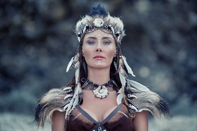 Schönes porträt der schamanenfrau