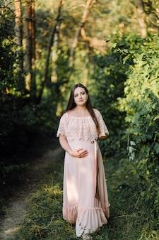 Schönes porträt der schwangeren frau