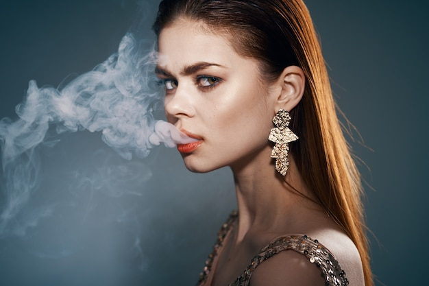 Schönes porträt einer schönheitsfrau mit dampf vom mund