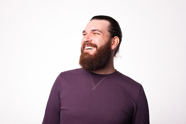 Schönes porträt eines bärtigen mannes, der lächelt und wegschaut