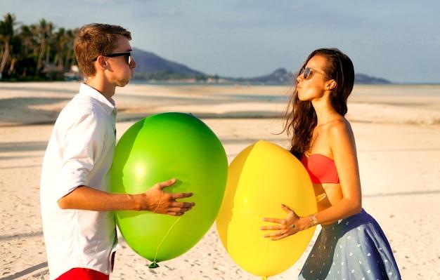 Schönes porträt von zwei glücklichen jungen leuten, die sich treffen und spaß am strand haben