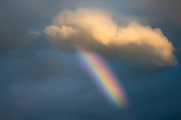 Schönes regenbogenspektrum am himmel nach regen.
