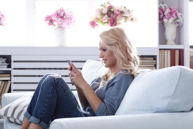 Schönes reifes blondes frauenporträt