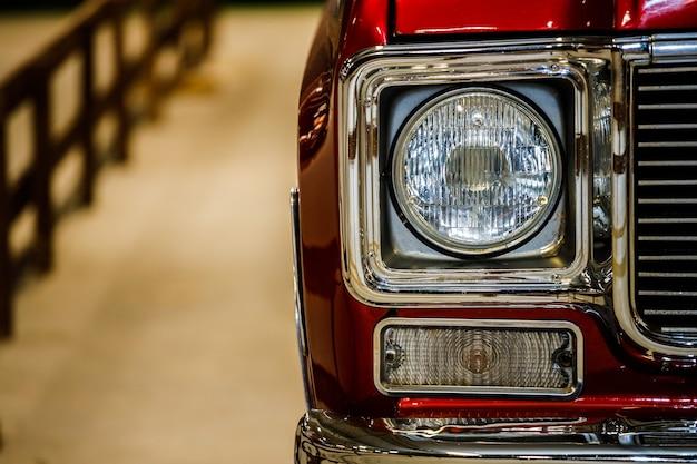 Schönes retro-auto der roten farbe. nahaufnahme