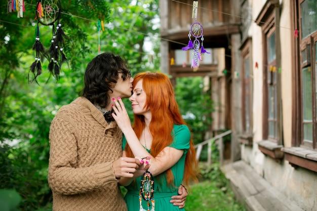 Schönes romantisches liebespaar, das küsst
