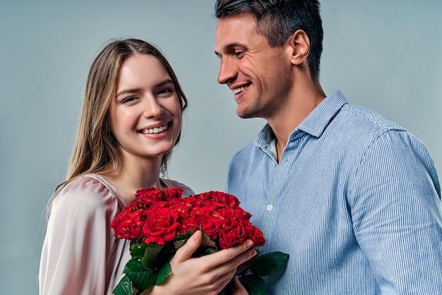Schönes romantisches paar lokalisiert auf grau.