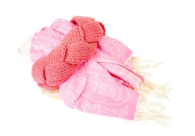 Schönes rosa stirnband, aus fäden gestrickt. studiofoto