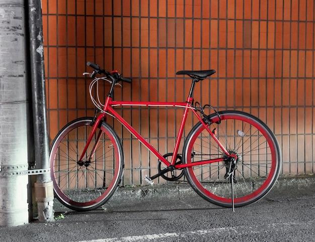 Schönes rotes fahrrad mit schwarzen details