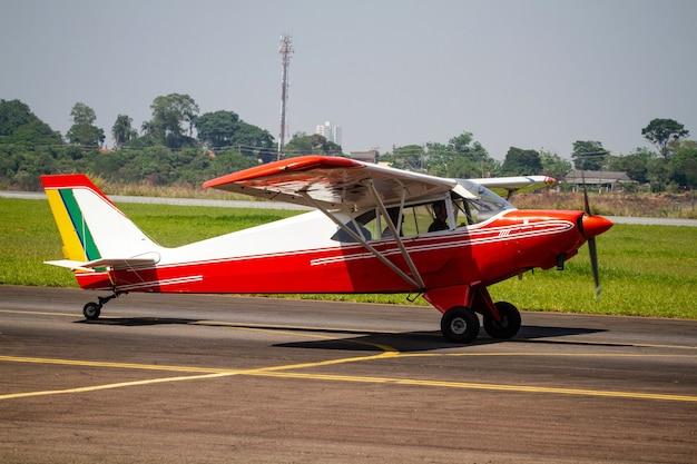 Schönes rotes flugzeug am flughafen