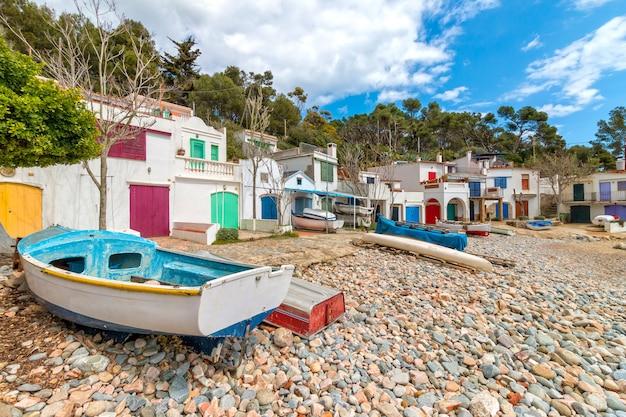Schönes, ruhiges küstendorf von spanisch